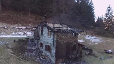 Incendio di Carona, il video dal drone La baita distrutta, rimaste solo le pareti