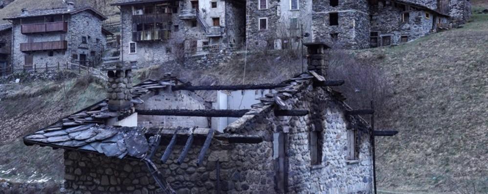 Incendio distrugge baita a Carona Il proprietario è l'ex assessore di Foppolo