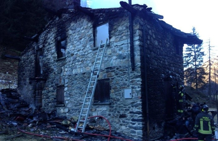 La baita di Fulvio Berera distrutta dalle fiamme