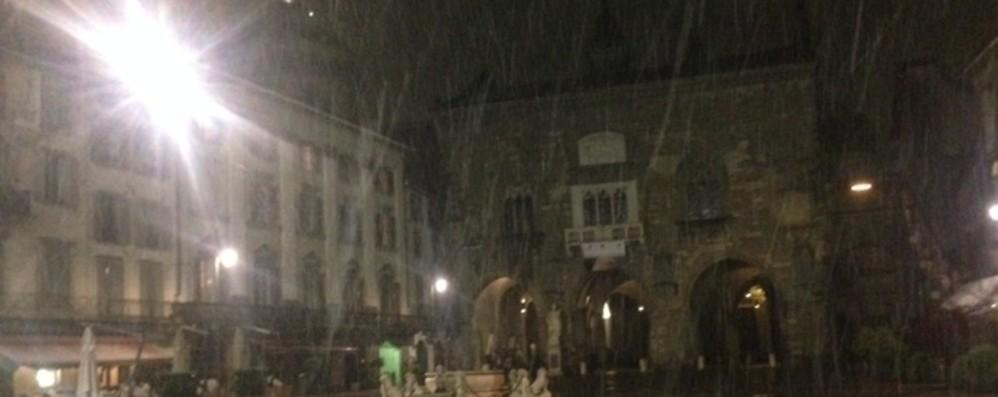 È arrivata la neve anche in città Valbondione spruzzata «poetica» -Foto