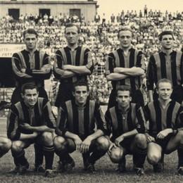 Niente regali di Natale nel 1950,  il Milan ne segna 7 nel fango: emozionati con il video
