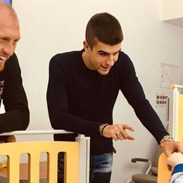 In difesa dei bimbi meno fortunati I doni di Mancini e Masiello in ospedale