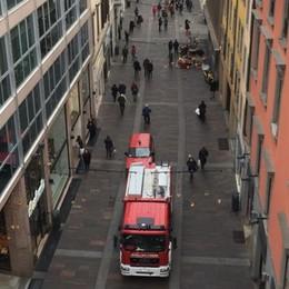 Tegole pericolanti in via XX Settembre Vigili del fuoco in centro città