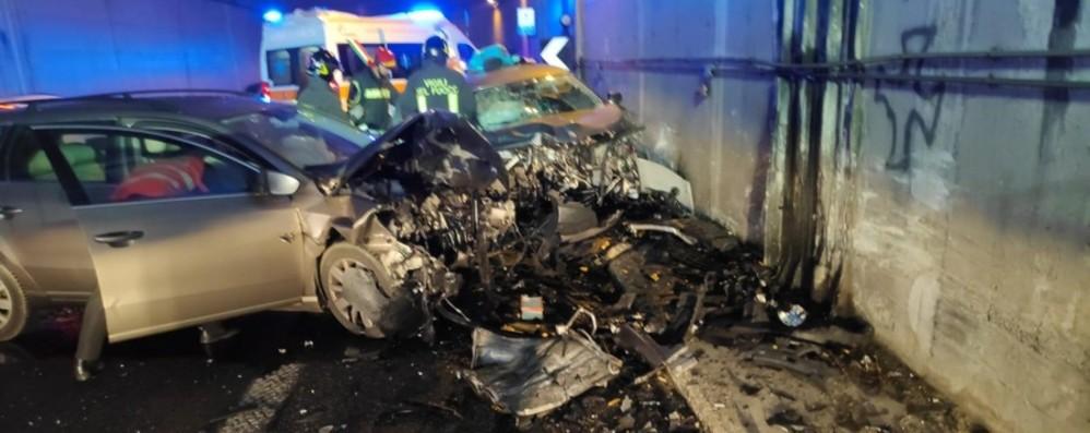 Mapello, schianto in galleria Auto completamente distrutta: tre feriti