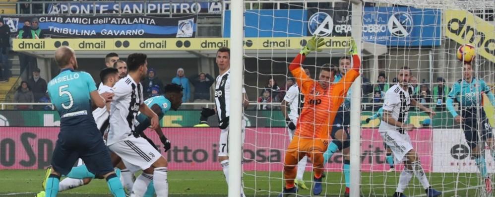 Lancio di bengala e fumogeni in campo Multate anche l'Atalanta e la Juventus