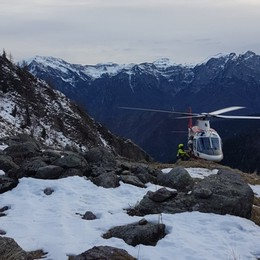Capra in bilico su uno sperone di roccia Per salvarla un elicottero da Malpensa