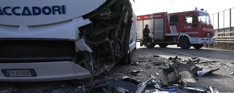 In auto contro un bus a Darfo Boario Fuori pericolo il 21enne di Lovere