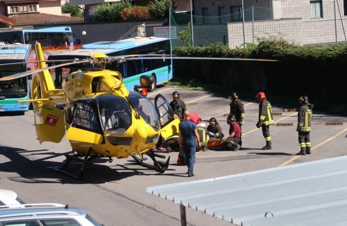 Elicottero dell'elisoccorso intervenuto a Gazzaniga per l'incidente stradale mortale scontro tra due pullman della sab . vittima Luigi Stefano Zanoletti, 14 anni, di Ardesio