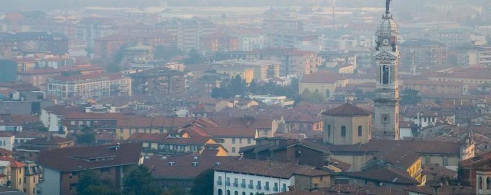 Lo smog in aumento: si rischia lo stop Venerdì fermi i mezzi più inquinanti