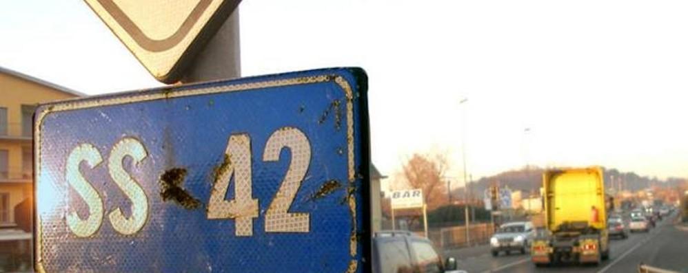 Brusaporto, schianto sulla statale 42 Ferito un uomo di 42 anni: lunghe code