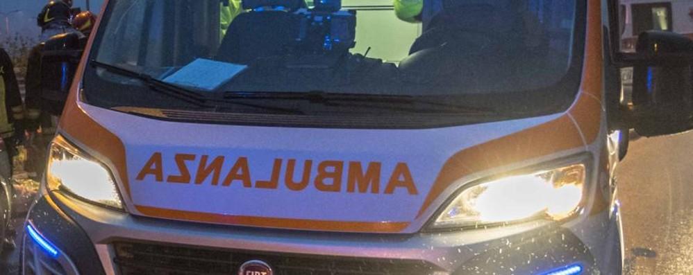 Sfiora un frontale con un camion L'auto si ribalta, salva una 27enne