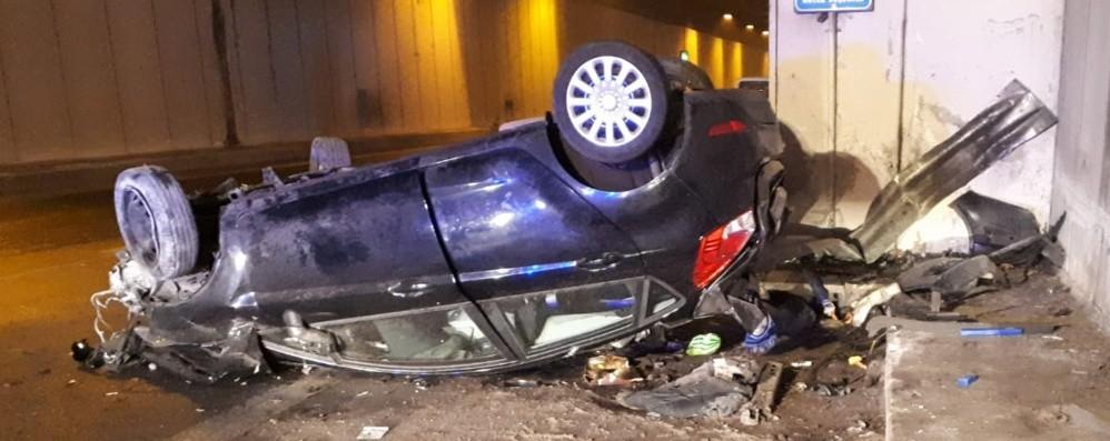 Auto ribaltata in galleria Grave una ragazza di 19 anni
