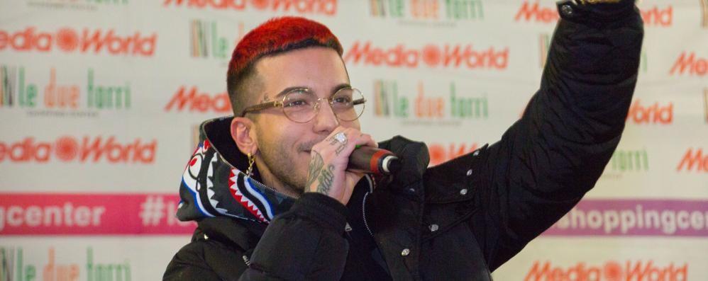 Il rapper Sfera Ebbasta  a Stezzano 3500 in coda dal mattino per una foto