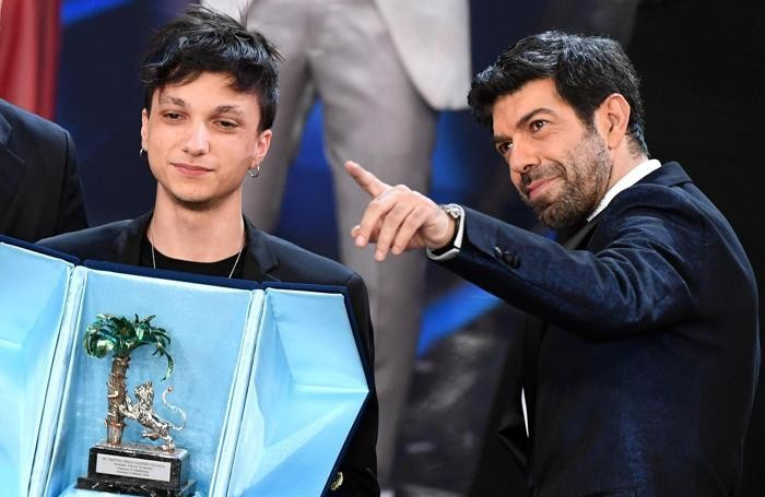 Italian actor Pierfrancesco Favino (R) with winner Italian singer Ultimo