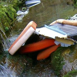 Alzano, abbandona divano nel canale Scovato grazie all'aiuto dei cittadini