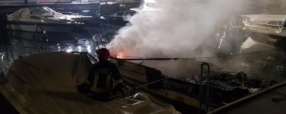 Predore, due barche in fiamme Sversamento di gasolio in acqua