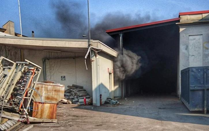 Incendio alla ex Tessival - Le foto A Fiorano bruciano materiali di scarto