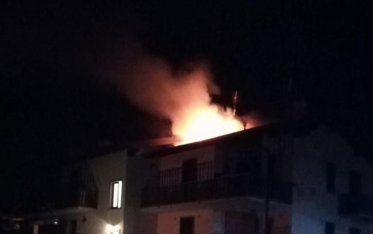 Alte fiamme sul tetto di una casa Incendio nella notte a Rovetta - Foto