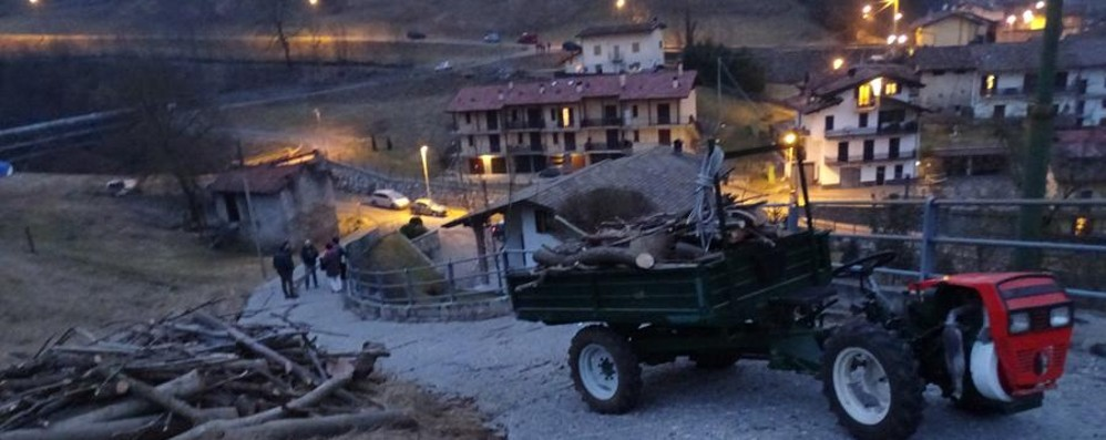 Si ribalta con il trattore a Gorno Grave 73enne, soccorso con l'elicottero