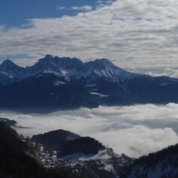 Un mare di nebbia in cui sognare Tre foto della nostra Bergamasca