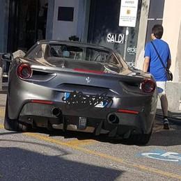 Ferrari sul posto riservato ai disabili Un nonno «pizzica» abusi e barriere