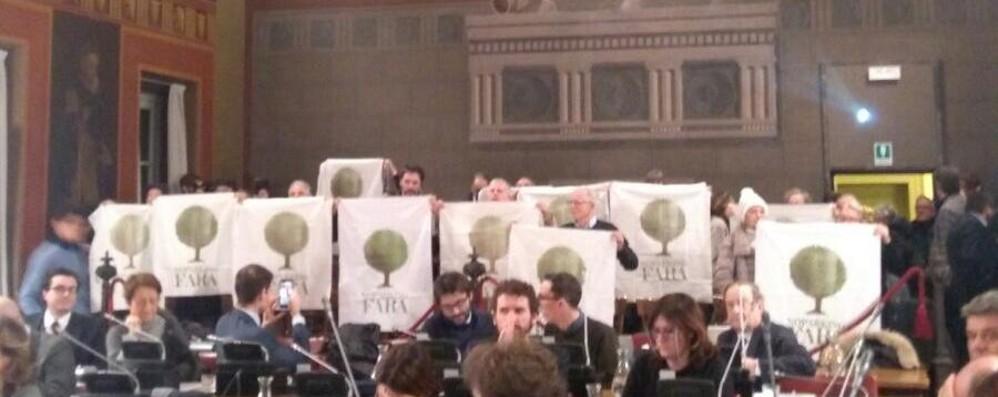 Protesta dei «No parking Fara» in aula Salta il Consiglio comunale a Palafrizzoni