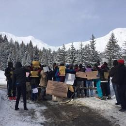 San Simone, bloccano la strada Profughi chiedono il trasferimento
