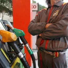 Ruba un'auto ma c'è poco carburante Dal benzinaio senza soldi: preso