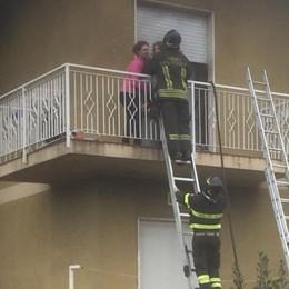 I pompieri salvano due bimbi a Filago Incendio in casa, calati dal balcone