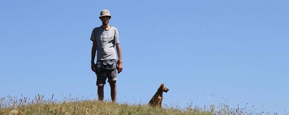 «Vivo tra la natura con i miei cani» La storia di Matteo (e Akela) finisce in tv