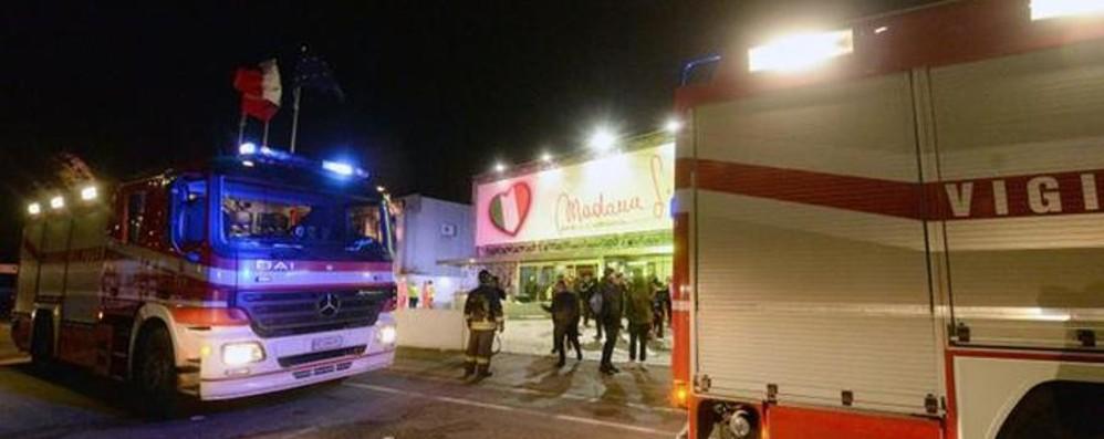 Desenzano, incendio in discoteca Panico e 700 evacuati nella notte