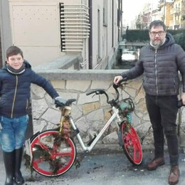Padre e figlio nella roggia Recuperata la MoBike gettata