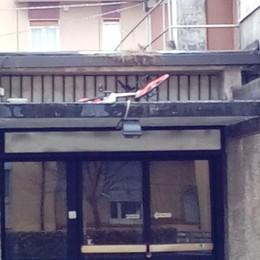 Mobike, ennesimo parcheggio selvaggio Bici abbandonata sul tetto del cinema