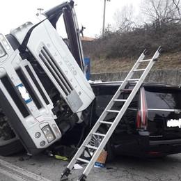 Camion si ribalta a Treviolo-Video/Foto Mattinata nera sull'asse  interurbano