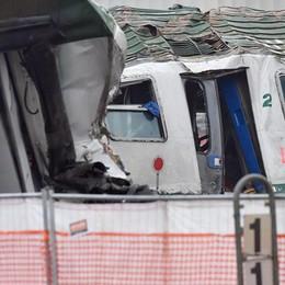 Treno deragliato, slittano i tempi Legali all'attacco: «Verifiche sui freni»