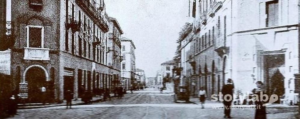 Riconoscete questa via di Bergamo? Un secolo dopo è (quasi...) uguale