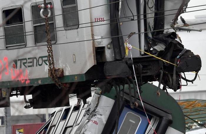 La rimozione di una delle carrozze del treno deragliato il 25 gennaio sulla linea Cremona-Milano, 6 febbraio 2018. ANSA/DANIEL DAL ZENNARO