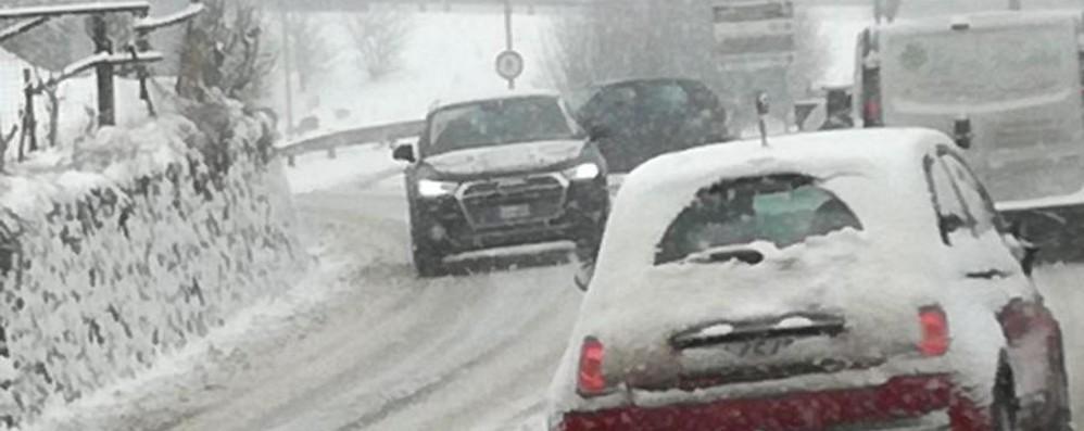 Traffico in tilt nelle Valli: lunghe code Cadute in moto e auto fuori strada