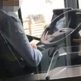 Al cellulare e toglie le mani dal volante Conducente filmato sulla Linea C -Video