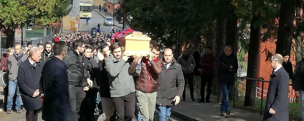 Astori, San Pellegrino lo abbraccia «Davide resterà sempre in noi»