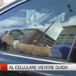 Linea C - Un autista guida guardando il cellulare