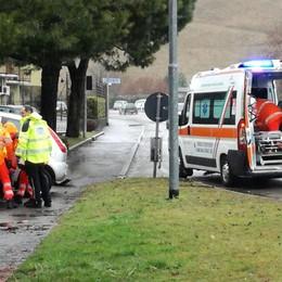 Malore a Clusone: finisce fuoristrada Colpita un'auto in un parcheggio