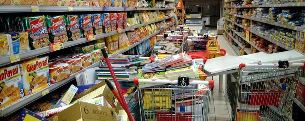 Presi specialisti dei furti al supermercato Volto coperto con maschere di Carnevale