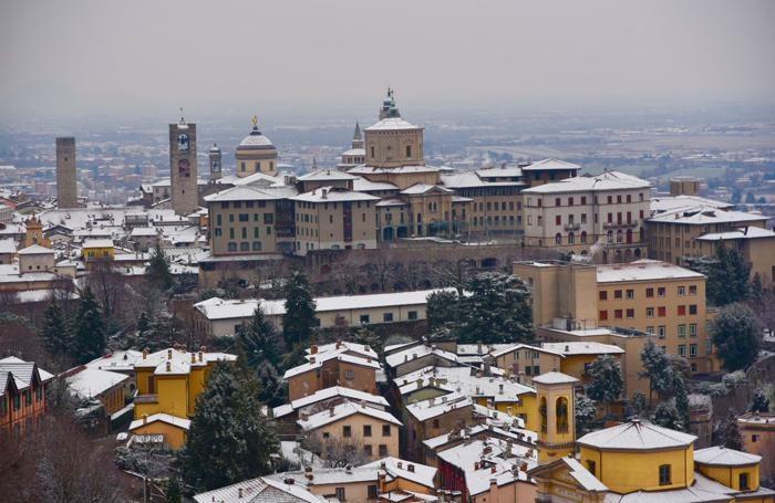 Bergamo Città Alta con l'ultima e recente neve ad imbiancare i tetti. Foto di Guglielmo Caslini, Torre Boldone