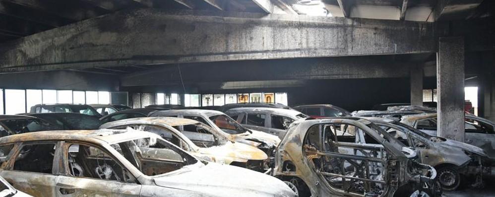 Incendi ai parcheggi dello scalo di Orio Arrestati 5 presunti responsabili- Video