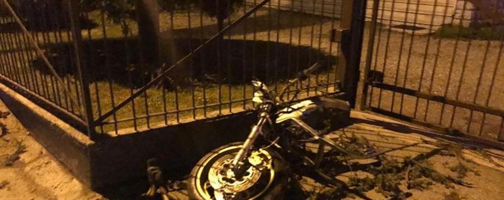 Schianto contro un albero a Luzzana La moto si spezza in due, muore 43enne