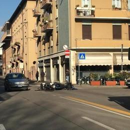 Scontro fra un'auto e due moto -Foto Bergamo, traffico in tilt in via Suardi