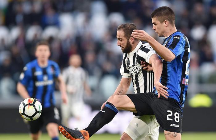 Juventus's Gonzalo Higuain (L) and Atalanta's Gianluca Mancini (R)