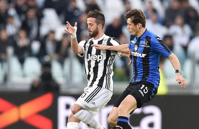 Juventus's Miralem Pjanic (L) and Atalanta's Merten De Roon (R)