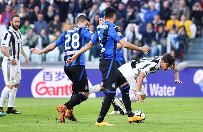 Juventus's Paulo Dybala (R) and Atalanta's Gianluca Mancini (L)